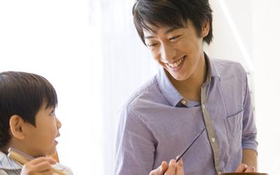 ご飯を食べる父親と子供