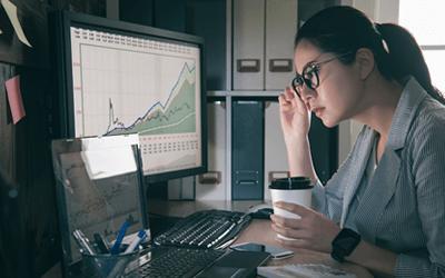 データを覗き込む女性