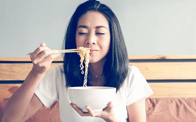 インスタントラーメンを食べる女性