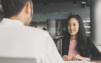 会社で男性と話す女性