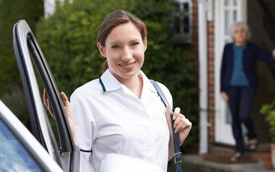 車で家庭訪問する保健師
