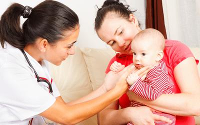 赤ちゃんの家庭訪問をする保健師
