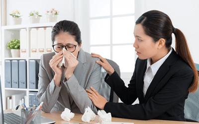 風邪を引いている女性