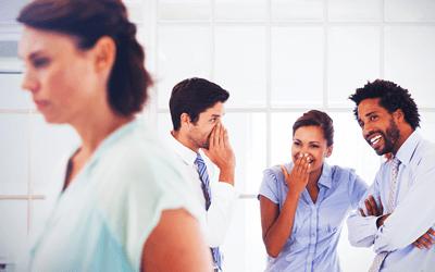 職場で孤立する女性