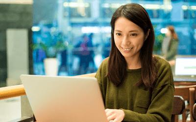 産業保健師の求人をパソコンで探す20代の女性