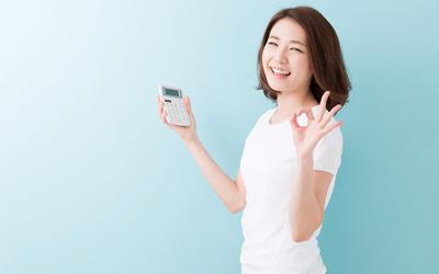 20代で産業保健師に転職した女性と電卓