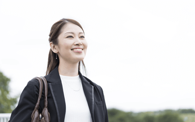 笑顔で道を歩く女性