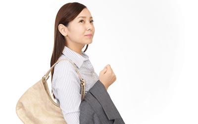 通勤する女性保健師