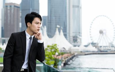 景色を見つめる日本人男性