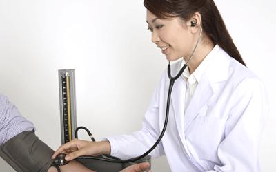 血圧を測る医師