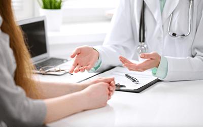 保健指導する女性産業保健師