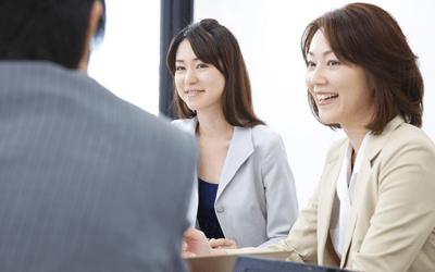 ミーティングする女性産業保健師