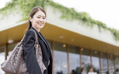 外を歩く女性産業保健師
