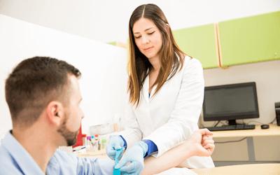 採血をする女性産業保健師