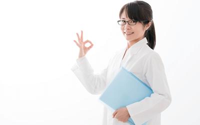 新卒で産業保健師になるメリットを説明する女性