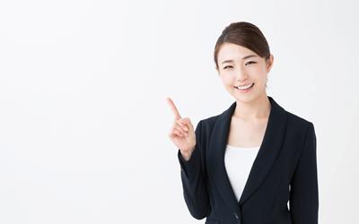 新卒で産業保健師になる際の注意点を説明する女性